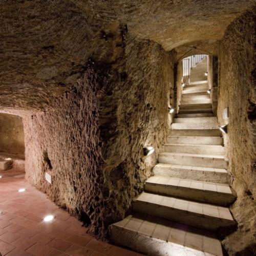 Sconosciute ai più, le magnifiche cantine sotterranee di Castel del Piano, scavate nella roccia, testimoniano le antiche pratiche vitivinicole che dai tempi degli etruschi caratterizzano l'Amiata